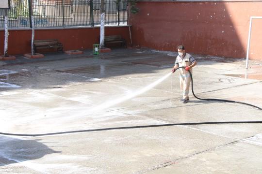 Haliliyede okul bahçeleri deterjanlı su ile yıkanıyor (Videolu Haber)
