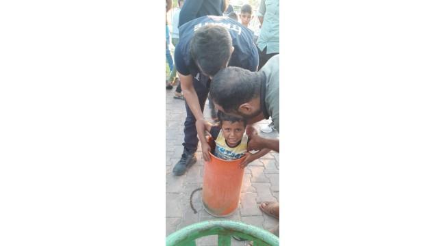 Parktaki çöp kutusuna sıkışan çocuğu itfaiye kurtardı