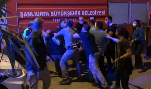 Türk Bayrağını indirmeye çalışan şahsa linç girişimi