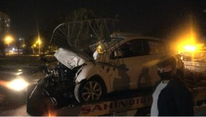 Otomobil bariyerlere ok gibi saplandı: 1 yaralı (Videolu Haber)