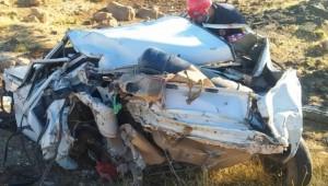Yolcu otobüsü yol kenarındaki otomobile çarptı: 4 yaralı