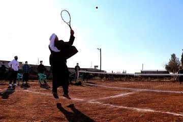 Tenisle tanışan köylüler yöresel kıyafetlerle raket sallıyor