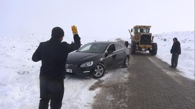 Karda mahsur kalanların imdadına Büyükşehir yetişti (Videolu Haber)