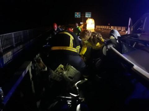 Şanlıurfa'da bariyerlere çarpan otomobilin sürücüsü öldü