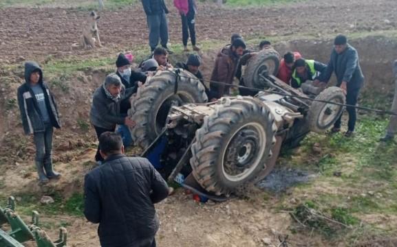 Devrilen traktörün altında kalmaktan son anda kurtuldu
