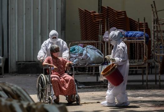 İngiltere'den vaka rekoru kıran Hindistan'a tıbbi yardım