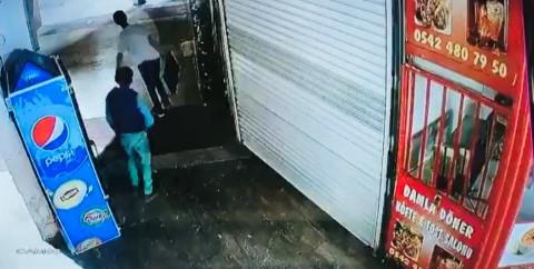 Köfte ızgarasını çalan çocuklar kamerada