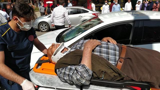Otomobilin çarptığı yaşlı adama vatandaşlar müdahale etti(Video)