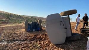 Devrilen traktörün altında kalmaktan atlayarak kurtuldu ( Video Haber )