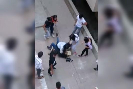 Kızların kavgasını erkekler uzaktan izledi