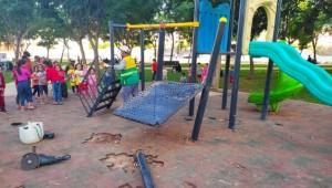 Yeşil alan içerisindeki çocuk oyun parkı tahrip edildi