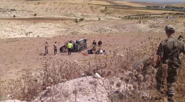 Otomobil refüje çarpıp tarlaya yuvarlandı: 1 ölü, 3 yaralı