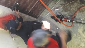 Parmakları demir kapıya sıkışan kadını itfaiye kurtardı ( Video Haber )