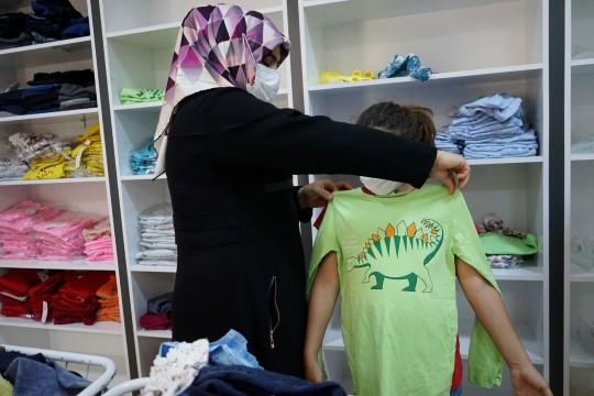 Şanlıurfa'da ihtiyaç sahiplerinin bayramlıkları sosyal marketten