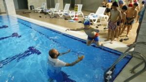 Şanlıurfalı çocuklar hem serinliyor hem de yüzme öğreniyor