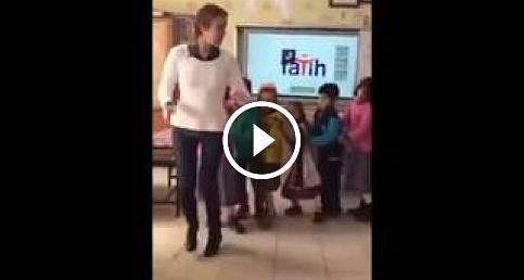 Öğretmenin Öğrencileri ile Neşeli Penguen dansı