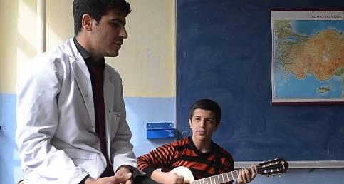 Urfalı Öğretmenin ögrencisiyle düet ettiği Eftelya şarkısı-Şanlıurfa 63 TV